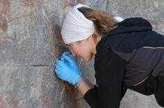 A tanulmány vezető kutatója Adelphine Bonneau gyűjt egy kis mintát a sziklás területről Dél-Afrikában.