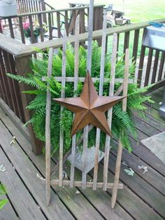 Old tobacco sticks and just add a metal star. Picket Fence Decor, Diy Fence, Craft Stick Crafts, Crafts To Make, Diy Crafts, Craft Ideas, Country Crafts, Country Decor, Wood Projects