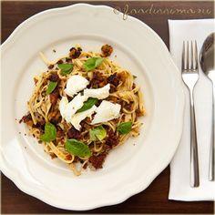 Domáce spaghetti s opečeným chlebom a sušenými rajčinami