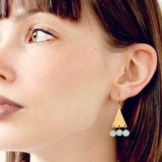 Petit Jade pâle et laiton Triangle Dangle Earrings