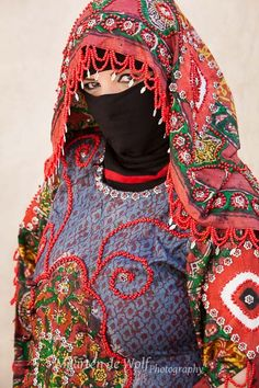 An interesting example of a mix between old and new is the following dress. In Sana'a and its region women wear the sitara dress, which I have documented before. They now have used this sitara design for a very colourful dress.