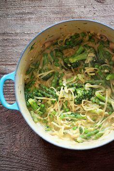 Dans une casserole, mettez 1 litre de bouillon de légumes, 250 g de linguine, 1 petit oignon émincé, 500 g de brocoli en gros bouquets...