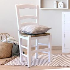 Nair silla blanca Comedor Shabby Chic, White Wood, Stool, Furniture, Ideas, Home Decor, Rustic Style, Wood Chairs, Dining Room Furniture