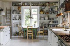 Post: Espectacular cocina de campo --> alacena estantería porcelana, blog decoración nórdica, cocina de campo, cocina grande decoración, cocina nórdica, cocina rústica blanca, cocina sueca blanca, vintage nórdico