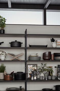 Färgen ger en varm och ombonad känsla. Den kan passa dig som gillar mörkgråa toner men vill ha en varmare känsla i köket. Brown Kitchens, Shelving, Villa, The Unit, Matcha, Interiors, Home Decor, Shelves, Decoration Home