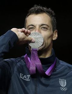 Occhiuzzi bacia la medaglia d'argento  (AP Photo/Dmitry Lovetsky)