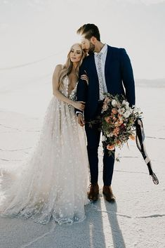 36 indispensable romantic photos on your wedding day .- 36 unverzichtbare romantische Fotos an Ihrem Hochzeitstag wedding couple – Hochzeit Ideen 36 indispensable romantic photos on your wedding day wedding couple - Wedding Picture Poses, Wedding Photography Poses, Wedding Poses, Wedding Photoshoot, Wedding Shoot, Wedding Couples, Wedding Dresses, Wedding Couple Photos, Wedding Pictures