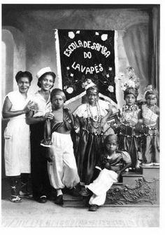 Início da década de 1950 - Fundada na Baixada do Glicério em 1937, a Sociedade Recreativa Beneficente Esportiva Lavapés foi a primeira Escola de Samba de São Paulo. Tornou-se a mais importante manifestação do Carnaval paulista nas décadas de 40 e 50. Aqui vemos Cidinha, criada pela madrinha Eunice e os filhos de Zé da Caixa. Acervo: Osvaldinho da Cuíca.