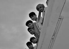 Indiens curieux au balcon.