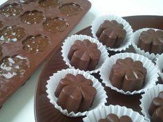 Nougat-Haselnuss-Pralinen Zutaten 200 g dunkle Schokolade 200 g Nougat vegan (z. B. von RUF) 30 g gehackte und geröstete Haselnüsse (gibt es bereits fertig) So geht's 1. Die Schokolade und das Nougat in eine Schüssel geben und in der Mikrowelle vorsichtig erwärmen und schmelzen lassen. 2. … Weiterlesen