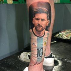 Tattoo Futbol, Messi Tattoo, Old Tattoos, Tatoos, Leo Mesi, Football Tattoo, Sport Tattoos, Guitar Boy, Leonel Messi