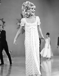 Love Dusty Springfield- The Look of Love, You Don't Have to Say You Love Me, I Only Want to be With You. British Soul @ it's best! Pop Singers, Female Singers, 60 Fashion, Vintage Fashion, Vintage Clothing, Call Dusty, Dusty Springfield, Celebs, Celebrities