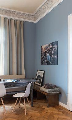 Ruhe des Nordens – die Farbe hat ihren Namen wirklich verdient. Entspannung pur für die Augen, ein kühler, eleganter aber gleichzeitig sanfter Farbton. Ich finde, diese Nuance harmoniert sehr gut mit Holztönen, dem Altbau und meinen Bildern ... Am Abend, mit Kunstlicht, entsättigt das komplementärfarbene, warme Glühlampenlicht das Blau sehr angenehm …