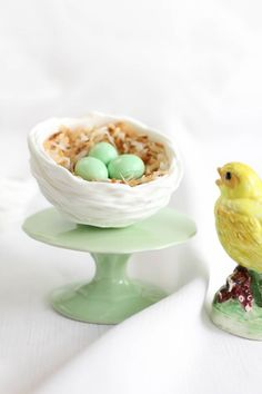 I'm pinning these Royal Icing Nests by Sprinkle Bakes to my cookie love, as I can picture filling these will tiny egg cookies. And the addition of the toasted coconut just finishes them off. I also WANT the tiny cake stand. Easter Candy, Easter Treats, Easter Eggs, Easter Food, Easter Brunch, Easter Table, Cupcake Original, Chocolate Nests, White Chocolate