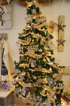 Love this idea of old family photos on Xmas tree}