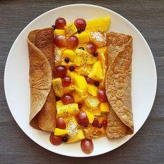 Pequeno-almoço para dois  Para as panquecas utilizei uma banana 1 copo de leite vegetal 1 copo de flocos de aveia e 1 colher de chá de cacau em pó. Depois foi só triturar tudo cozinhar na frigideira e servir com fruta.  Tenham um excelente fim de semana