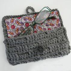 Eyeglasses Case Tutorial I should try making this myself. Crochet Eyeglass Case Free Crochet Pattern from The Yarn BoxI should try making this myself. Crochet Eyeglass Case Free Crochet Pattern from The Yarn Box Crochet Case, Crochet Purses, Love Crochet, Crochet Gifts, Diy Crochet, Crochet Stitches, Crochet Hooks, Crochet Patterns, Tutorial Crochet