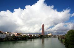 El Guadalquivir des de el Pont de Triana o de Isabel II. Podem veure la Torre de Sevilla (o Torre Pelli) i la Torre de Triana.