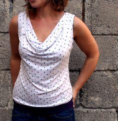 Viskose-Shirt mit Pünktchen und Wasserfallkragen.