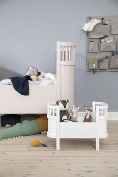 Meet the designer Furniture from Danish Brand Sebra. Sebra provide chic nursery furniture that will last you from newborn to school days. The perfect luxury baby cot for your Modern Scandi inspired nursery. Available in New Feather Beige. Chic Nursery, Nursery Modern, Nursery Neutral, Nursery Decor, Girl Nursery, Scandinavian Nursery, Cot Bedding, Online Gratis, Nursery Furniture