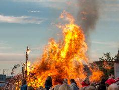 Sankt Hans 2014 på Islands brygges havnefront. Så rundede vi endnu engang midsommer og årets længste dag blev fejret i hver af en afkrog af lille danmark.  Traditionen tro, blev det også fejret på havnefronten på Islands brygge, med Sankt Hans bål, musik og mange mennesker. Vejret var i år ikke helt så flot som i de foregående år, men der var da strej af sol og varme da vi kom hen under aftenen.. #Islandsbrygge #Bryggen #Sankthans