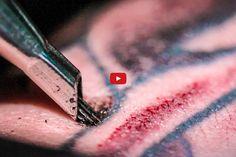 E agora uma tatuagem sendo feita em slow motion – já tinha visto desse jeito?