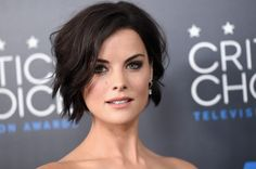 "Jaimie Alexander wants stunts and a lot of action at her wedding to actor Peter Facinelli. Jaimie Alexander has plans to say ""I Do"" soon - just not in the traditional wedding style. Jaimie Alexander, Jamie Alexander Hair, Hair Color And Cut, Cut My Hair, Wavy Hair, New Hair, Trendy Hairstyles, Bob Hairstyles, Pics Of Short Hairstyles"