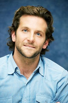 Bradley cooper from the hangover. My sis loves him! The Hangover, Jennifer Esposito, Popular Haircuts, Haircuts For Men, Bradley Cooper Haare, Irina Shayk, Curly Hair Men, Curly Hair Styles, Man Hair