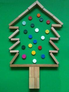 Dit wordt zeker een taak tijdens kerst; maak een Kerstboom van blokken en doppen! Foto ervan en je hebt een kerstkaart!