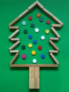 Kerstboom van blokken en doppen.