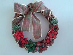 Guirlanda de Vime 35 cm  Motivo de Natal e detalhes em fita e flores de fuxico R$ 109,00 - Adriana Bolzan Criações...