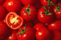 Tomaten Fatburner-Lebensmittel: Tomaten Was macht Pizza, Spaghetti, Caprese & Co. so gesund und so sixpacktauglich? Na klar, die rote Allzweckwaffe aus Italien! Eigentlich stammt sie aus Südamerika, Kolumbus hat sie quasi adoptiert. So wie Champignons und der Fenchel schafft auch die Tomate den magischen GI von 15 und hat deshalb kaum Auswirkungen auf Ihren Blutzuckerspiegel. Erhöhen Sie den Anteil an Tomaten in allen Soßen, legen Sie extra Tomatenscheiben auf die Pizza, um Ihr Körperfett…