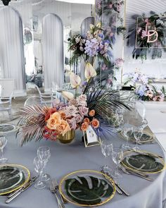 Лёд & Пламя 🔥🌊 Decor and Flowers Head Florist Tropical Flower Arrangements, Wedding Arrangements, Table Arrangements, Tropical Flowers, Safari Chic, Wedding Table Flowers, Wedding Decorations, Table Decorations, Bg Design