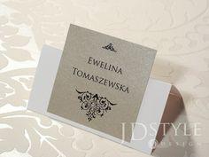 Winietki ślubne w stylu eleganckim z metalizowanym papierem w kolorze piaskowo-beżowym.