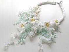 白いお花のボリュームチョーカー