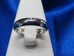 #Bagues Jonc #platine serti de 10 #diamants : 0.30ct total de marque Tiffany, La Boîte à Bijoux à #Québec Serti, Tiffany, Silver Rings, Wedding Rings, Engagement Rings, Jewelry, Bangle Bracelet, Turntable, Ring