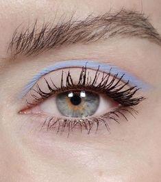Du pastel sur les yeux : un simple trait bleu au-dessus du pli de la paupière supérieure