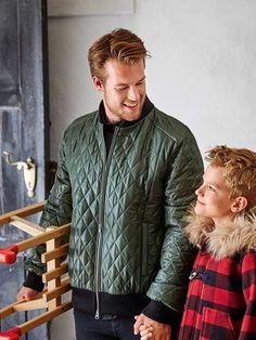 burda style, Schnittmuster für Männer - Die Jacke im Blouson-Stil hat Stehkragen und Bündchen aus Rippenstrick und einen Reißverschluss vorne. Nr 125 aus 12/2015. Foto: Blasius Erlinger