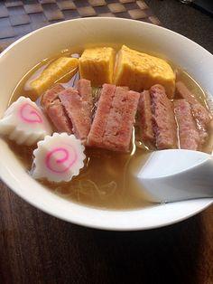 ハワイのロコヌードル★サイミン:さっぱり海老ダシ、ハワイのロコ麺「サイミン」。スパム、卵焼き、そしてピンクのなるとで美味しく召し上がれ〜!