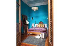 Una lámpara marroquí, muebles vintage, sillas Quilmes oxidadas, apliques de hierro calado y tiradores de placard originales de la India conforman, entre todos, un conjunto vistoso y original.  /Daniel Karp                                                                                                                                                     Más