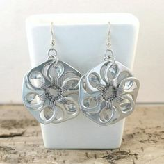I didn't know these were soda tabs. so cool Tabsolute: 214 Metal grey pop tab flower earrings Soda Tab Crafts, Can Tab Crafts, Bottle Cap Crafts, Tape Crafts, Diy Crafts, Diy Earrings, Flower Earrings, Crochet Earrings, Recycled Jewelry