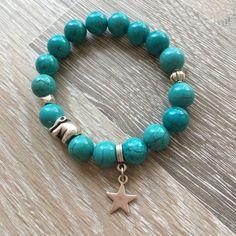 Armband van 10mm magnesiet, met metalen olifant en twee sierkralen en een metalen ster. Van JuudsBoetiek, te bestellen op www.juudsboetiek.nl.
