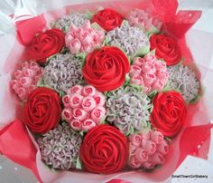 Beautiful big cupcake bouquet with Red Roses Cupcake Flower Bouquets, Cake Pop Bouquet, Food Bouquet, Edible Bouquets, Cookie Bouquet, Flower Cupcakes, Flower Cookies, Bouquet Flowers, Big Cupcake