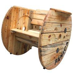 La mítica mecedora pánica en madera natural.