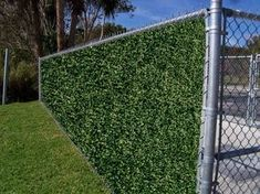 We love the look of this wire fence. Now you can easily have a green wall and beautiful privacy. Artificial leaf panels are modular and easy to install. For this surface you install it with zip ties and that's it! Privacy Screen Outdoor, Backyard Privacy, Privacy Fences, Backyard Fences, Yard Fencing, Privacy Screens, Fence Design, Garden Design, Zip Line Backyard