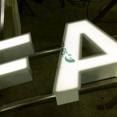 Acabando letras corpóreas de aluminio con iluminación led. Finishing aluminum sign letters with led lighting. @logotec3d #ledlight