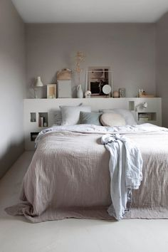 Setting up a small room is sometimes a puzzle! Do not panic, we give you some tips for a small bedroom with… Continue Reading → Bedroom Inspo, Bedroom Sets, Master Bedroom, Bedrooms, Bedroom Furniture, Bedroom Decor, Interior Design, Monochrome, Home Decor