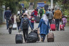 Het verhaal is gaat over vluchtelingen. Suitcase, Backpacks, Bags, Euro, Handbags, Backpack, Briefcase, Backpacker, Bag
