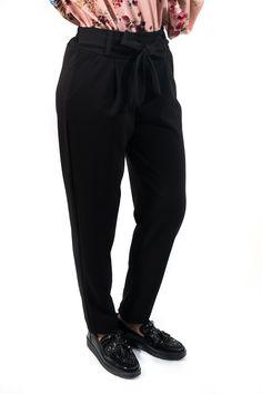 Pantalón tailoring lazado estilo muy casual con cinturilla de goma y bajo pitillo para batallear tu día a día con mucho estilazo. ¡Es un básico que ha vuelto para quedarse porque nos encanta!