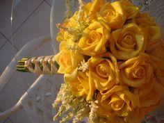 **Prazo para confecção desta jóia 40 dias, devido a cor em especial**  Lindo bouquet em rosas e.v.a. cor amarelo ouro,  material que imita o toque aparência e textura de uma rosa natural! Bouquet contém 40 rosas e envoltos de ramos brancos por todo o bouquet!  Cor da fita verde musgo e branco pérola com trançado perfeito. Todos os meus bouquets são personalizados!  Trançado perfeito com pérolas( imitação) por todo o cabo, total de 6 broches em strass.Uma verdadeira jóia!  A lapela para o…